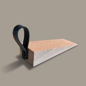 Dørstopper - dørkile med Kernelæder Helt ny, laves v. bestilling. Bøgetræ med valgfri farve læder strop. 4,0 cm. høj og 15 cm. lang.