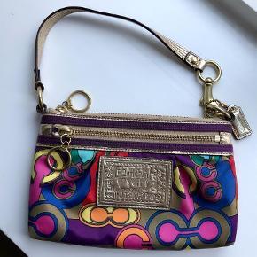 Varetype: Håndtaske Størrelse: Lille Farve: Multi Oprindelig købspris: 1200 kr. Prisen angivet er inklusiv forsendelse.