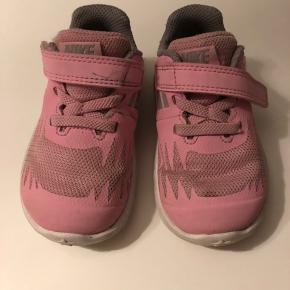 Søde lyserøde sneakers - er ikke soigneret hvorfor den billige pris. Brugt i cirka 3 måneder inden de er blevet vokset ud af  Sender ikke ☺️
