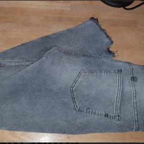 Grå jeans fra H&M i str. 42. Kun brugt to-tre par gange, og næsten ligesom nye. Elastisk i stoffet. Det er en ankel længde jeans. For mig på 1,63 cm går den helt ned 😅  Kan afhentes på Vesterbro i København eller sendes med posten. Køber betaler dog porto 😁