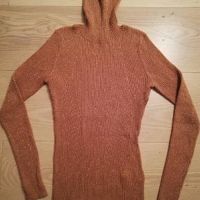 Knitted roleneck with golden glitter