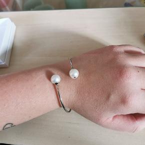 Smukt sølv armbånd med perler fra La Manufacture Royale des Perles du Pacifique. Aldrig brugt, ægthedscertifikat medfølger.