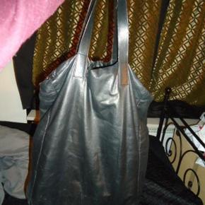 Varetype: taske lækker stor sort shopper. Størrelse: Large Farve: Sort Oprindelig købspris: 10000 kr. Prisen angivet er inklusiv forsendelse.   lækker stor sort læder shopper fra Marni. mål: 50 cm lang 34 cm bred 13,5 cm siden 16 cm bund 45 cm hank  NUL BYTTE.  fra Røgfrit- og dyrefrit hjem.   kan prøves og ses i KBH K. kan også sende den.   jeg glæder mig til at høre fra jer:)  det eneste sådan egentlige patina er lige ved hanken der hvor du holder. fordi læderet er så smørblødt kan det ikke undgås ret hurtigt dér.smid din email for flere close up pics. og så lige det nedeste sted på hanken er læderet peelet en smule. deraf den lave pris. ellers er den i super fin stand og ser ret ny ud alle andre steder end lige hanken.