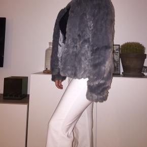 SAMME PELS PÅ BEGGE BILLEDER 🌸🌸 Pelsen er grå, som på billederne med blitz. Faux fur fra only. Størrelse medium men kan også sagtens passes af en small. Er selv en small. Nypris var omkring 550 kr.  Afhentes i Roskilde eller sendes