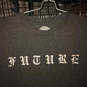 T-shift fra Dickies med teksten 'FUTURE' på brystet. Ingen tegn på brug, byd 💖