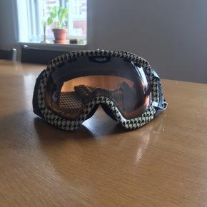 Skibriller fra DRAGON  Har været brugt over en hjelm så elastikken er lidt løs.