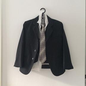 Jakkesæt med både jakke, vest, skjorte, slips og bukser i str. 8 år.  Pris: Byd.