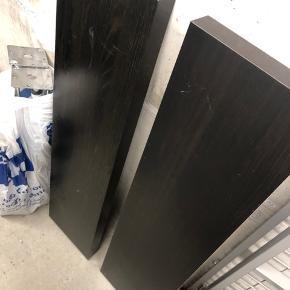 2 stk lack hylder i sort fra IKEA. 50kr for én, 100kr for begge.