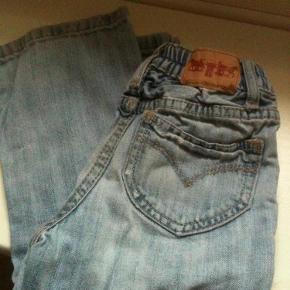 Varetype: jeansStørrelse: 24 mdr Farve: lys  Lidt alm. slid ved fødder og lille hul på knæet, se billeder.