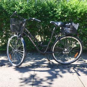 Fin dame sykkel, kjøper får med 2 kurver, hjullås, ekstra lås, og hjelm.