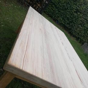 Super flot lyst træ sofabord - har lige fået sæbebehandling🌱 Det måler 130cm L. - 80cm B. - 50cm H.   AFHENTES KUN I HJORTSHØJ, AARHUS