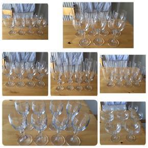Jeg sælger denne glas-pakke. Bestående af: 8 stk rødvinsglas  7 stk hvidvinsglas 8 stk hedevinsglas 8 stk snapse:/portvinglas 8 stk ølglas 8 stk champagneglas 8 stk dessertglas Det er krystal glas fra Atelier Er som nye, brugt få gange, kommer fra et ikke ryger hjem. Afhentes i 2990 Nivå, sendes ikke