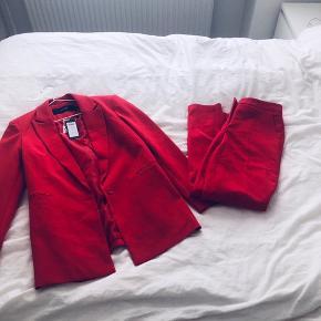 Bukserne er brugt en gang, blazeren er stadig med prismærke.  Sælges både som sæt eller hver for sig.   75kr pr del.   Bukser er str 36, blazer er 38 :-)