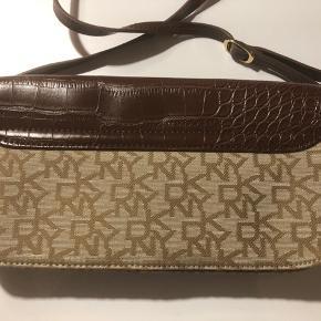 Super fin DKNY taske med lang aftagelig rem. Aldrig brugt.
