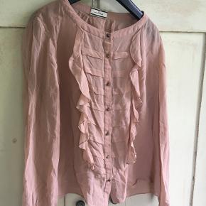 Smuk gammelrosa skjorte fra By Malene Birger i str 38 oversized. Der står ikke hvad den er lavet af. Længde 53 cm, brystmål 2x52 cm. Der er nogle få trådudtrækninger. Bytter ikke, sælges for 350 kr inkl porto. Se også mine andre annoncer!!!