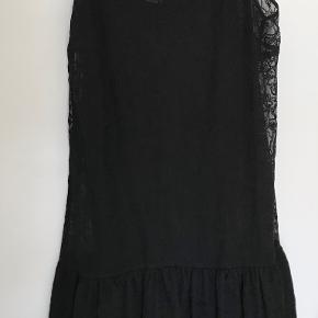 Pæn kjole i perfekt stand og ubrugt. Kommer fra et røgfrit hjem. Prisen er til forhandling ved hurtig handel. Sender gerne.