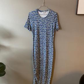 Lang kjole fra envii med snøre i siden str. M. Er super fin med en strik over også.