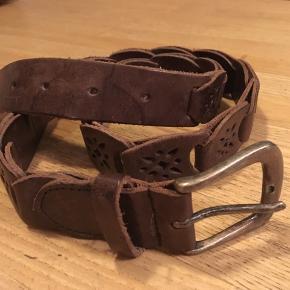 flot brunt læderbælte, flettet, med præget mønster i delene og rustikt metalspænde. Bredde 5cm, livvidde 90 til 102cm. Næsten ikke brugt.  75kr Kan hentes Kbh V eller sendes for 38kr DAO