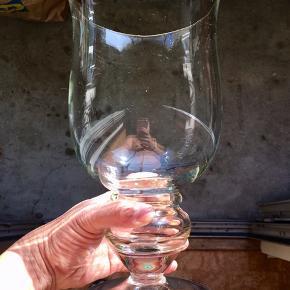 31. Ægte Champagnekøler/glas boule. H: 30cm Ø: 16cm. 1165g tung og stabil så ingen fare for væltning. Tykt stærkt glas 3,5mm uden defekt/skår. Flot stand. Kan bruges dekorativ som blomstervase.  Flasken følger IKKE med. 249kr.   En flot, dekorativ & praktisk måde at opbevare & holde sin mousserende vin, cava, spiritus, sodavand & rose vine kolde på en elegant måde.   Perfekt til alle store fester/begivenheder som et festligt indslag: nytår, fødselsdage, dimission, studenterfest, svendegilde, bryllup, konfirmation, fernisering, reception, åbningsevent, gallapremiere & romantiske hyggeaften/middage med kæresten.  Gaven til ham/hende som har alt.   Fra røgfri, børnefri & dyrefri hjem. Flasker følger IKKE med. Flot stand uden fejl/defekter! Se mine andre salgsvarer/annoncer, Champagne op til 15 L, champagnesabler, vinglas & Champagnekølere. Kan skaffe andre typer, så spørg om det.