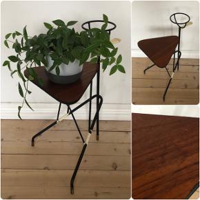 Super fint lille blomsterbord i teak ❤️❤️❤️ H51 B29 D36 cm. Pris 350,- kr.