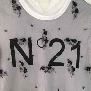 Super fin No 21 t-shirt med net/palietter ud over logo Str. 44 it.  Kan sagtens vaskes ved 30 grader i vaskepose.