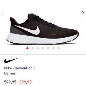Nike Revolution 5 brugt 3-4 gange som nye str 40  Løbesko med masser af komfort i form af fleksibel sål, støddæmpning og indlægssål  Nike Revolution 5 er skoen, der via komfort giver dig en god løbetur uanset, om du vælger centret, skoven eller stierne. Det får du med en blød mellemsål, der vil sikre dig en mere flydende session, hvor det ene skridt tager det andet. Bagtil ved hælen skaber den forstærkede hæl mere støtte, mens overdelen leverer massiv åndbarhed, så du kan slå den gamle rekord.