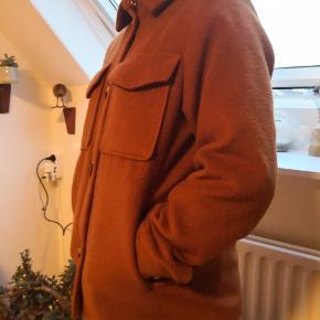 En brun h&m jakke. Den er brugt sidste vinter, der er lidt fnug og hundehår på, men det er ikke noget stort😊  BYD GERNE🕊️