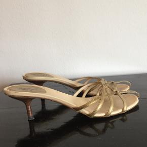 Slip in fra Gucci. Fede sandaler med guld remme og kitty heels. MP 500