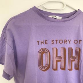 Lilla Gestuz t-Shirt med print. Ingen brugstegn. Str. S