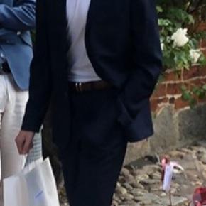 Lækker jakkesæt, brugt til konfirmation. Dude på billedet er 176 cm høj.