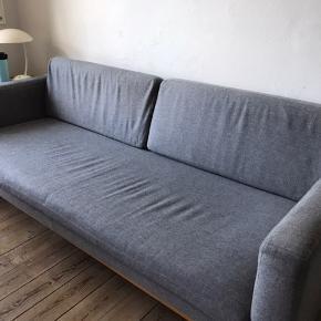 Lækker 3 mands sofa i tidsløst design.  Kan ikke huske om det er fra Bolia eller Ilva  Ægte uld og ægte træben Brugt, men i god stand.  Rygpuderne kan tages af og vaskes.   Slået op på flere sider