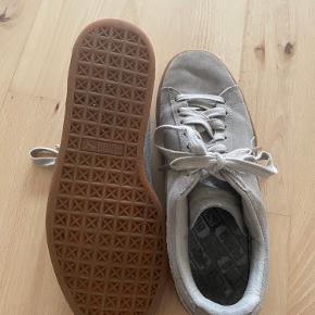 Puma sneakers sælges. De er lidt slidte på snuden som kan ses på billederne, men derudover fejler de ingenting.