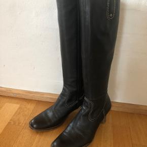 Super fine støvler - ikke brugt ret meget.   Skaftet er størrelse S.