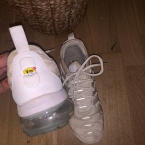 Nike Vapermax - BYD GERNE  OBS: Som vist på billedet er de lidt beskidte hist og her, men det kan helt sikkert gå nemt af i vask :)  Skriv for flere billeder :)