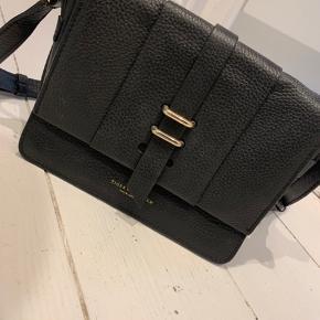 Sælger denne Tiger of Sweden cross taske. Den er brugt, men har ikke nogle særlige brugstegn, grundet kvaliteten af læderen. Tasken har en god størrelse, med godt rum.  Mål: 15x21x7