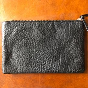 Sort taske med print af slangeskind. L: 31 cm H: 20 cm