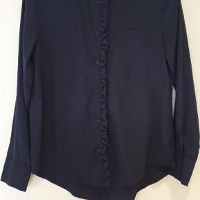 Flot mørkeblå skjorte med fine detaljer.