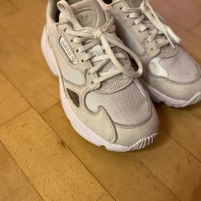 Adidas Falcon Triple White sneakers i størrelse 36 2/3, dog store i størrelsen. Brugt få gange.