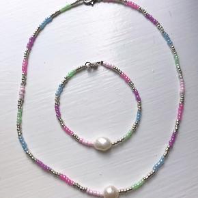 Håndlavet sæt i pastel-farver. Kan også købes seperat. 🍡✨🍬  Halskæde: 85,- Armbånd: 50,- Samlet: 110,-   Følg @yangster_beads på Instagram for flere designs 🤗