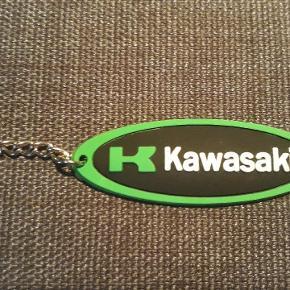 Kaeasaki nøglering i stål med gummi, måler 2.5 X  7 cm, i alt er den 12.2 cm lange med ringen som måler 2.5 cm i  diameter.  Nøgleringen kan sende for 10 kr med Post Nord, almenlig brev.