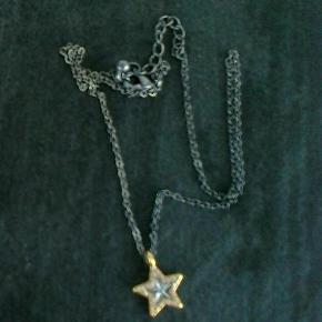 Brand: choise by heart Varetype: halskæde kæde vedhæng stjerne Størrelse: One Size Farve: Guld sort/grå Oprindelig købspris: 100 kr.  Kæden er sort/grå det sammer er midten af stjernen, kanten af stjernen er guld og der er små sten i kanten på stjernen.  kæden kan reguleres fra ca. 43 cm. til ca. 48 cm.  stjernen er ca. 1½ x 1½ cm.  halskæden er ikke ægte guld  Sælger også de andre ting på billederne.