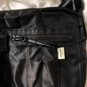Tasken er ofte brugt og har slidtegn, grundet prisen.