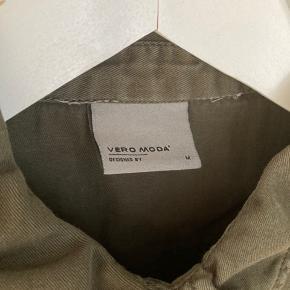 Army grøn skjorte med deltaljer fra vero moda, str. M. Prisen er eksklusiv fragt.