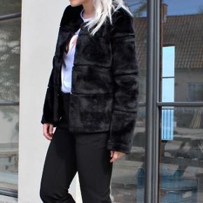 Neo neoir faux fur kahla jakke i sort. Brugt få gange. Stadig i butikkerne til 999,00, kom gerne med et bud🌸