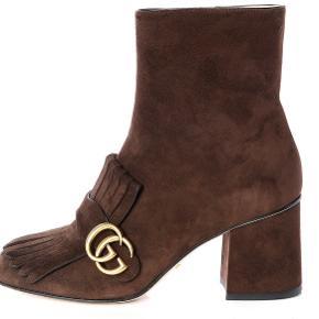 De smukkeste ikoniske Marmont støvler i kastaniebrun suede. Brugt 2 gange indendøre.  Prisen er helt fast.  Jeg bytter ikke.  Ingen bud via DM tak - da prisen er helt fast.  🌿
