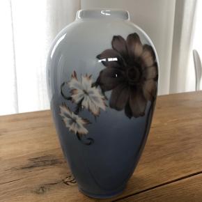 NEDSAT!! Stor og meget smuk vase fra Royal Copenhagen med geoginer  Intakt!  Højde: 26cm  Se også alle mine andre annoncer