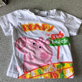 Gustav gris t-shirt Det er str 3 men den er lille - passer str 92.  Købt i Gardaland Har en lille svag plet ved halsen