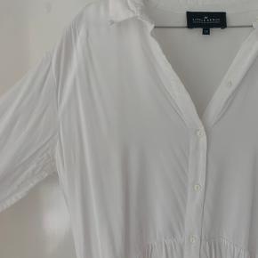 Fin Little Remix kjole, i str. 16 år. Ingen pletter, men er blevet brugt en del😊 det er jo en str. 16 år og ikke en xs, men er selv en str. s og den fitter lidt for småt på mig   Tjek min profil hvor jeg bl.a. sælger: Ganni, maanesten, Acne, Balenciaga, Envii og meget andet😁