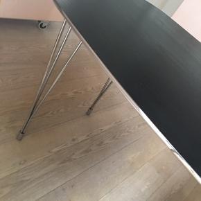 Let og fint spisebord. Passer perfekt til et sted med lidt plads. Sort med sølvkant. 80 cm x 140 cm. Nypris 1200kr.