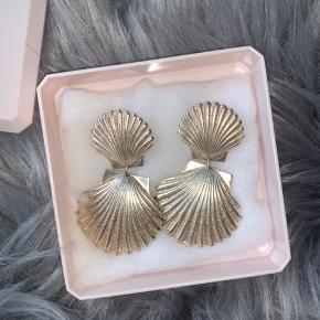 """Sælger mine top fede Shelly øreringe fra Pico. De er i sølv, og det eneste """"brugsspor"""" er at de er oxideret lidt hvilket sker efter tid med sølv, dette kan ses på billederne. Kan sendes med dao for 35kr."""